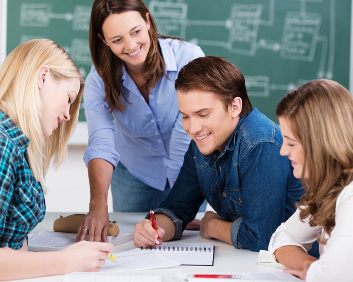 Schüler beim Lernen mit bestimmten Lernstrategien