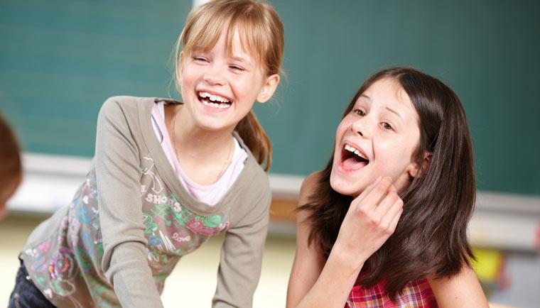 Kinder mit Spaß in der Schule
